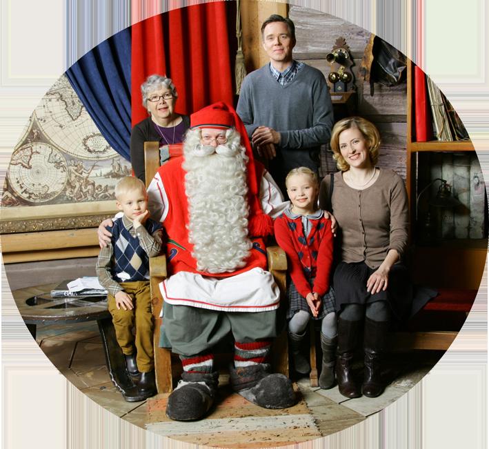 Perhe Joulupukin luona Joulupukin kammarilla Napapiirillä Rovaniemellä