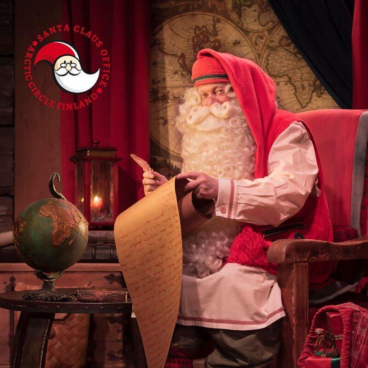 joulupukki-tuolissaan-joulupukin-kammarilla-napapiirilla-rovaniemi