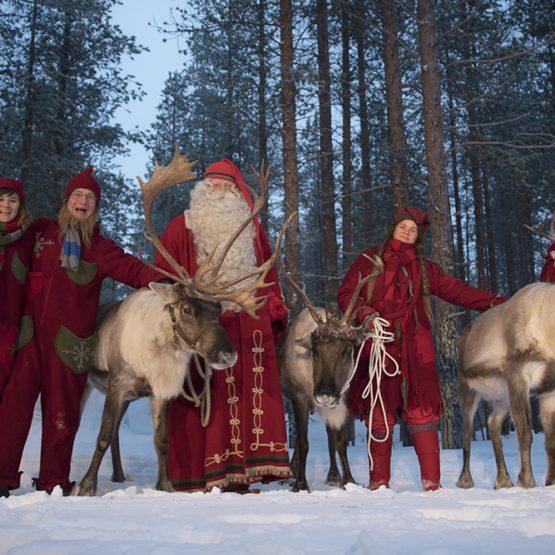 Joulupukki ja tontut poroineen - Joulupukin Kammari - Napapiiri - Rovaniemi