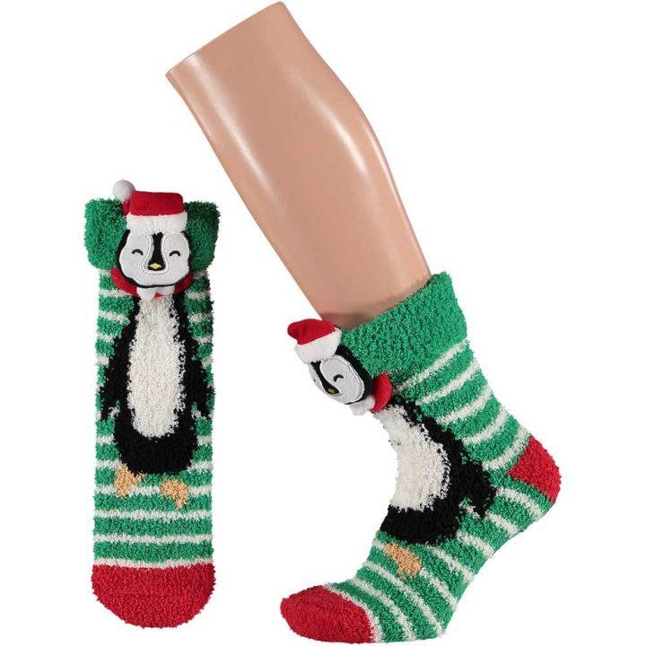 Aikuisten pörröiset sukat, joissa hauska jouluinen hahmo. Koko: One size. Malli: Pingviini