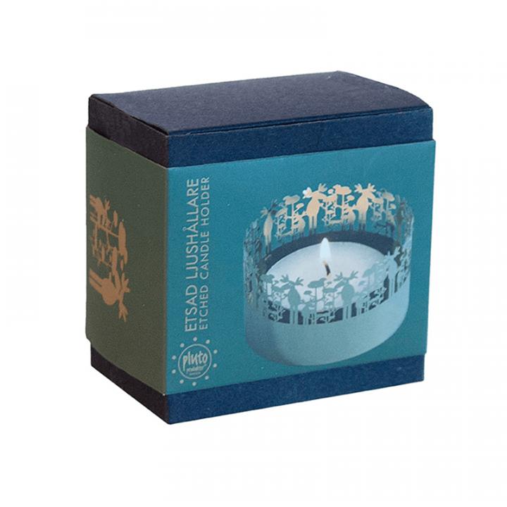 Kaunis kullanvärinen pyöreä tuikkukuppi, jonka reunaa kiertää hirvi-koristekuvio. Kynttilän liekki loistaa kauniisti kuvion lävitse. Tuote on pakkauksessa, sisältää 1 kynttilän. Tuikkukupin halkaisija 7,5cm.