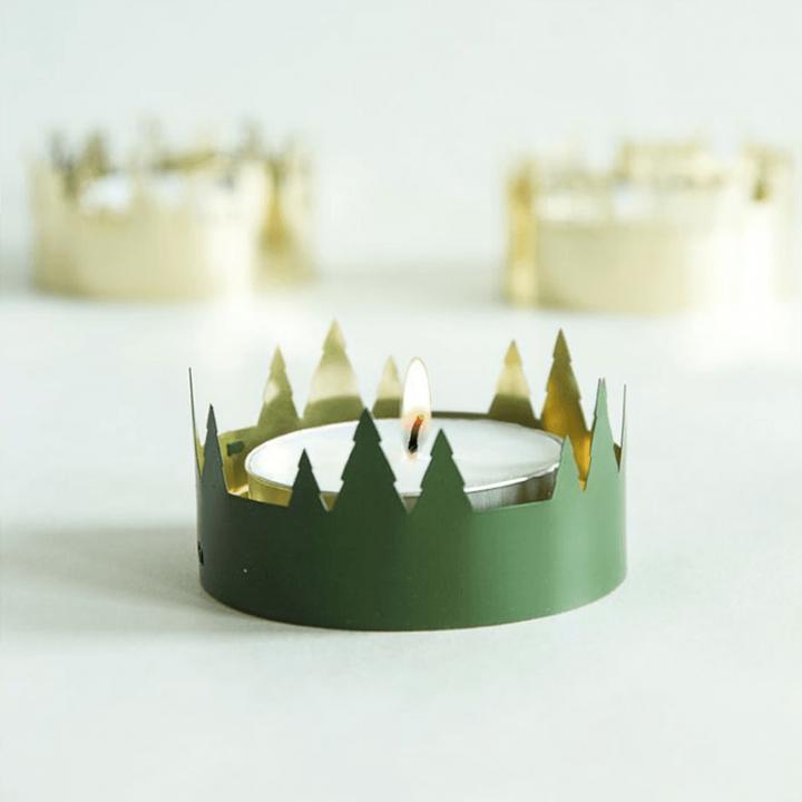 Kaunis pyöreä tuikkukuppi, jonka reunaa kiertää koristekuvio. Kuppi on sisäpuolelta kullanvärinen ja ulkopuolelta vihreä. Tuote toimitetaan pakkauksessa, sisältää 1 kynttilän. Tuikkukupin halkaisija 7,5cm.