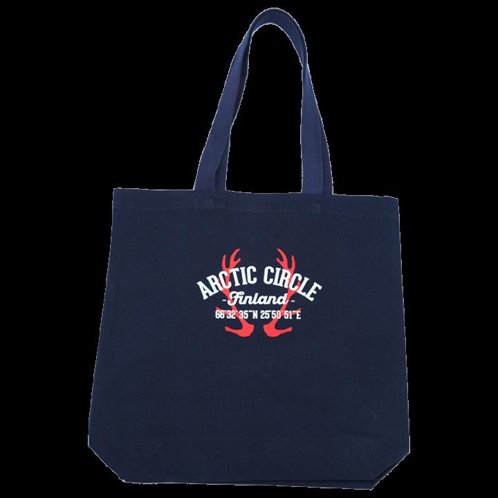 Tyylikäs ja kestävä kangaskassi, johon pakkaat helposti tarvittavat tavarat tai vaikka harrastusvälineet. Laadukas ja vahva kassi soveltuu myös kauppakassiksi. Tummansinisessä canvaskassissa on Arctic Circle-painatus ja pitkät kantokahvat. Koko 40x39cm, materiaali 100% puuvilla.