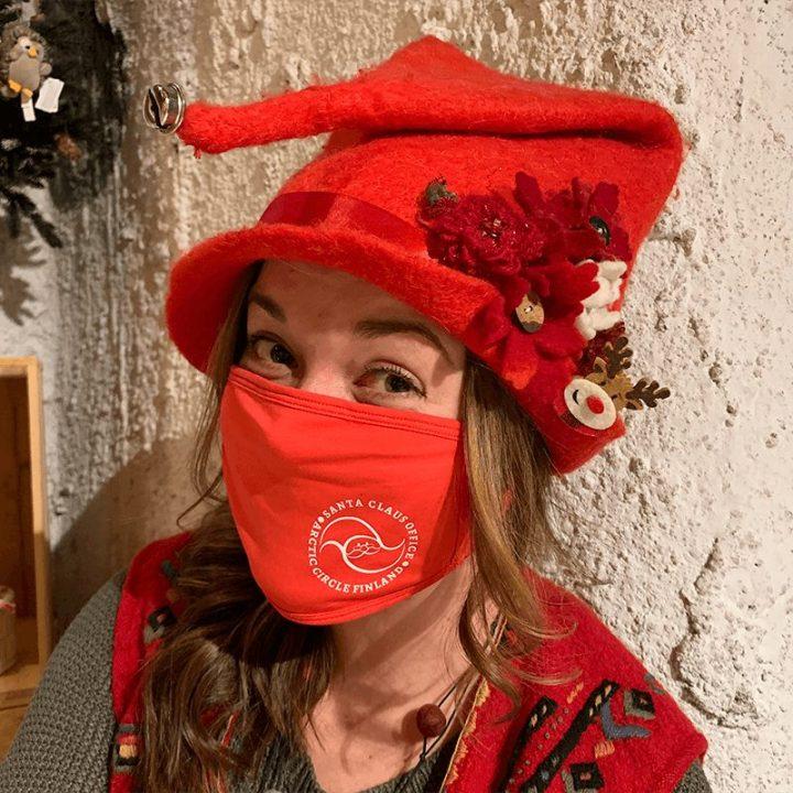Kasvomaski Santa Claus Office logolla. Kasvomaski on konepestävä (60c) ja uudelleenkäytettävä. Maskissa on hyvä istuvuus ja yksi koko sopii lähes kaikille. Materiaali: 95 % puuvillaa, 5 % elastaania. Tämä tuote ei ole lääketieteelliseen käyttöön tarkoitettu hengityssuojain, henkilökohtainen suojavaruste tai lääketieteellinen väline. Väri punainen.