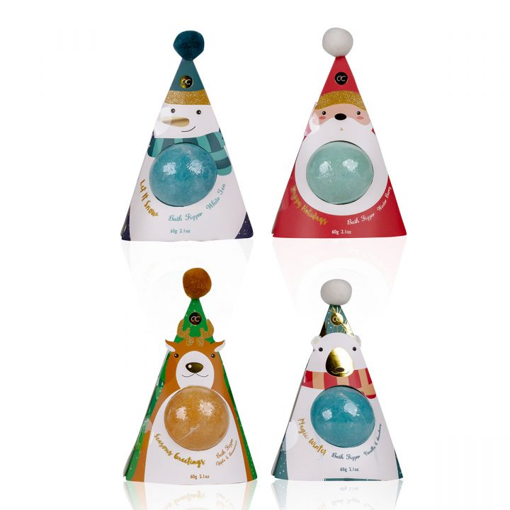 60g kylpypallo paperisessa lahjapakkauksessa, 4 mallia/tuoksua: Joulupukki/Winterberry, Lumiukko/White Tea, Poro/Apple & Cinnamon, Jääkarhu/Vanilla & Cranberry.