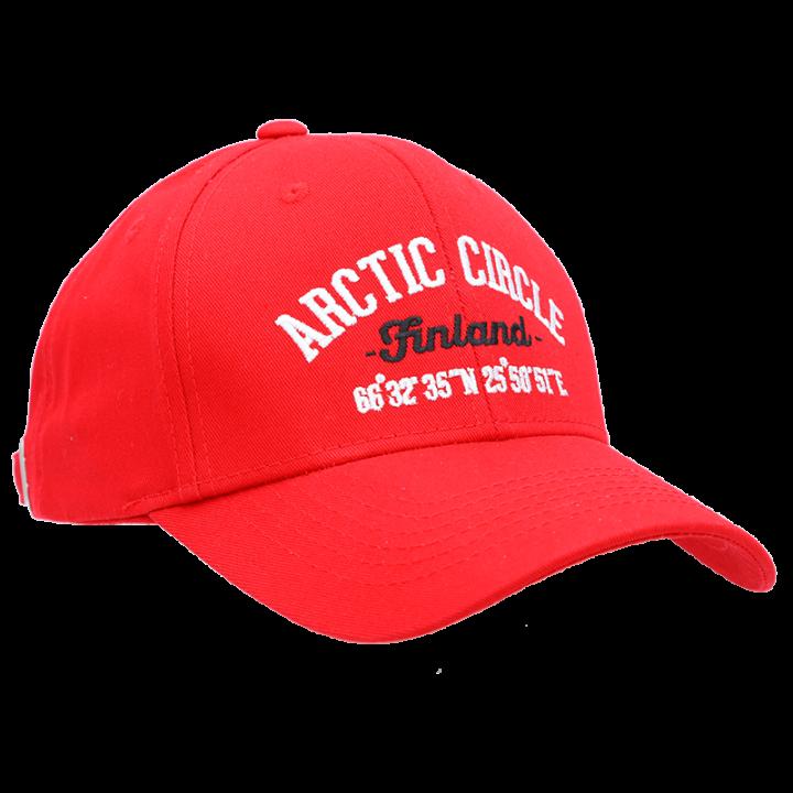 Punainen lippalakki, jossa on edessä brodeeraus Arctic Circle Finland sekä Napapiirin koordinaatit. Lippalakissa on takana säätömahdollisuus, joka varmistaa hyvän istuvuuden. Koko:one size (aikuisten koko).