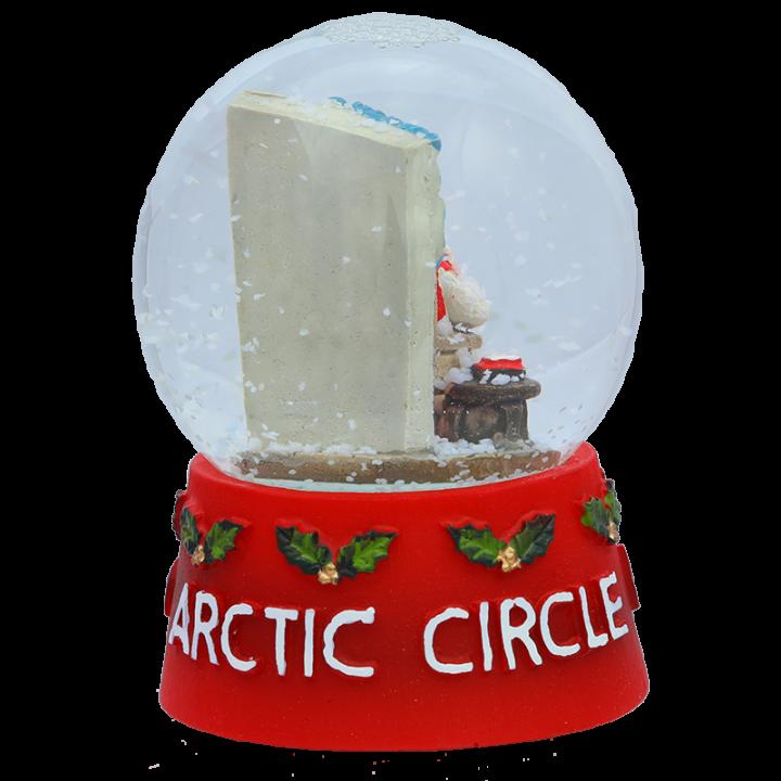 """Lumisadepallo on pienoismalli Joulupukin Kammarista, Rovaniemeltä. Tämän lumisadepallon sisällä näkyy kukas muu kuin itse Joulupukki! Pallon jalustassa on teksti """" Arctic Circle Lapland Finland"""". Lumisadepallon korkeus on 12cm."""