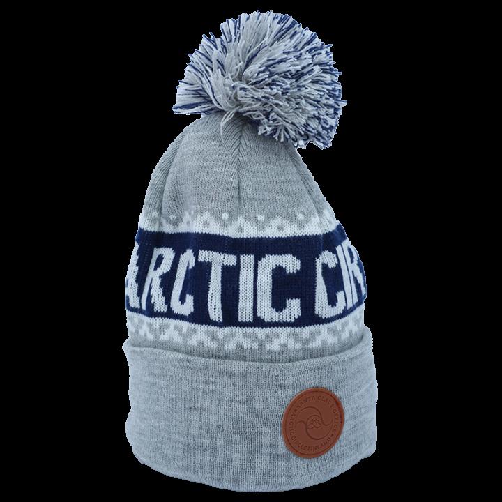 harmaa-sini-valkoinen Arctic Circle pipo, jossa nahkainen logo.