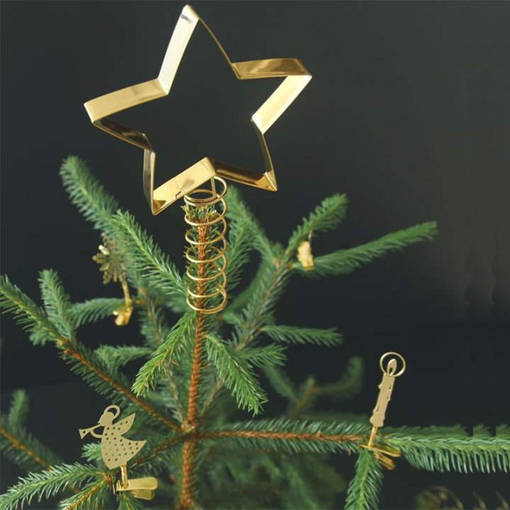Modernize your christmas tree with this tree topper! A clean star in gold metal gives your christmas tree some extra shine. Total height: 23cm.