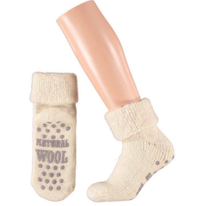 Ihanan lämpimät ja pehmeät sukat naisille. Mukavissa sukissa on luistamaton pohja, neljä eri värivaihtoehtoa ja kaksi kokovaihtoehtoa. Väri: Valkoinen.