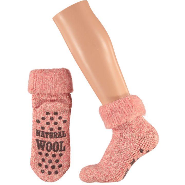 Ihanan lämpimät ja pehmeät sukat naisille. Mukavissa sukissa on luistamaton pohja, neljä eri värivaihtoehtoa ja kaksi kokovaihtoehtoa. Väri: punainen.