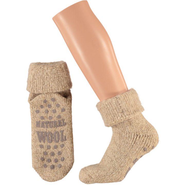 Ihanan lämpimät ja pehmeät sukat naisille. Mukavissa sukissa on luistamaton pohja, neljä eri värivaihtoehtoa ja kaksi kokovaihtoehtoa. Väri: beige.