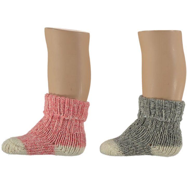 Suloiset villasukat vauvoille. Nämä mukavat ja pehmeät sukat ovat kahden parin pakkauksessa. Värit: punainen ja harmaa.